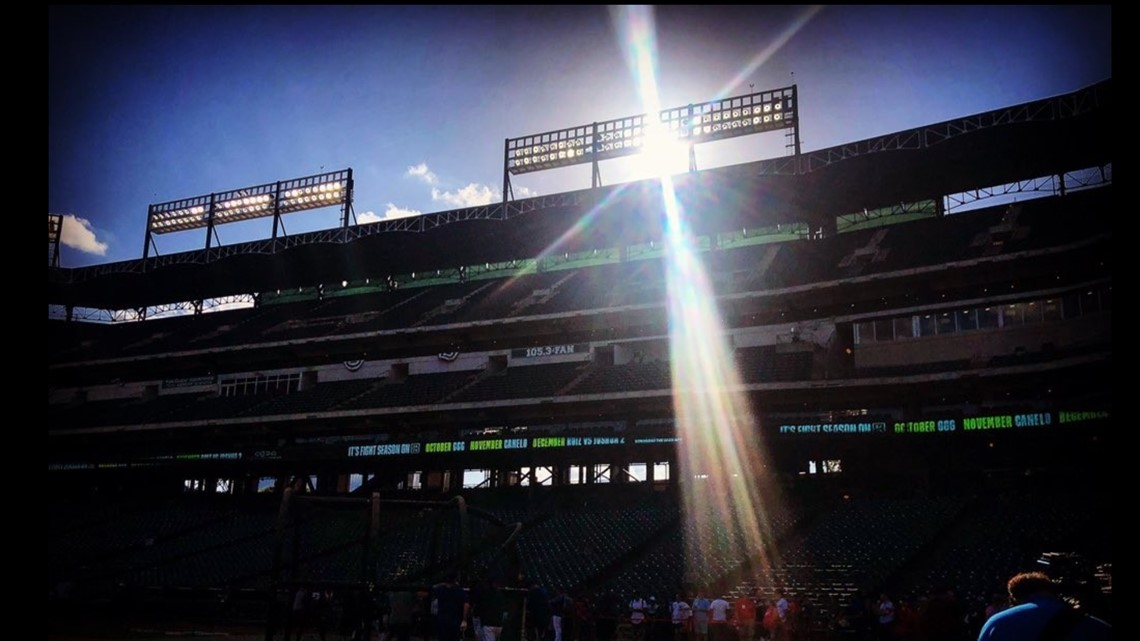 Fans and Pudge Rodriguez share Rangers memories as sun sets on Globe Life Park