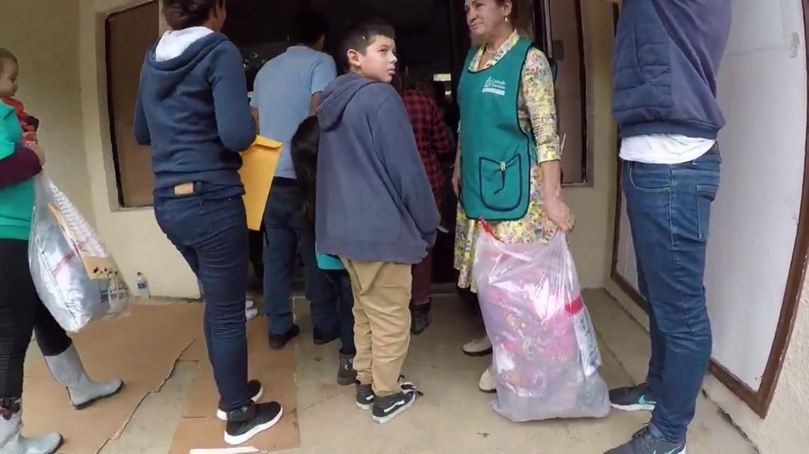 Raw: Guatemalan families arrive at shelter near border